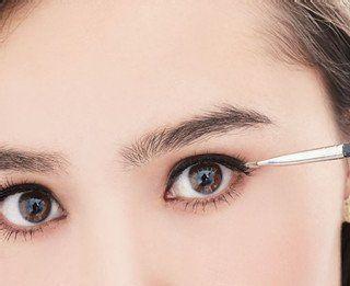 眼妆教程:如何用眼线液画眼线?